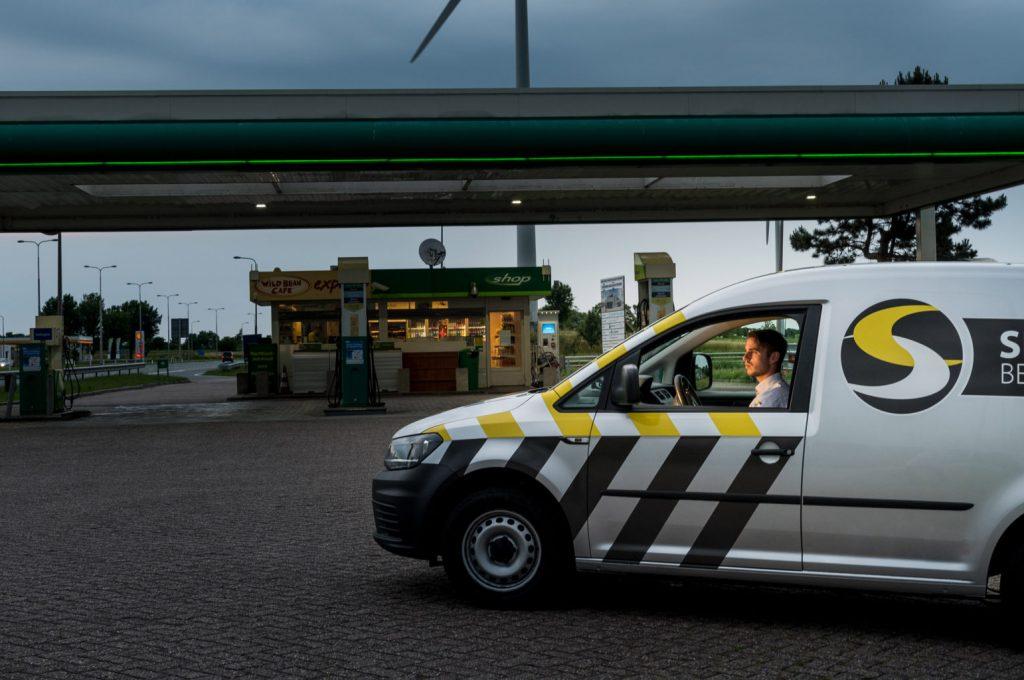 Auto wachtend bij benzinepomp